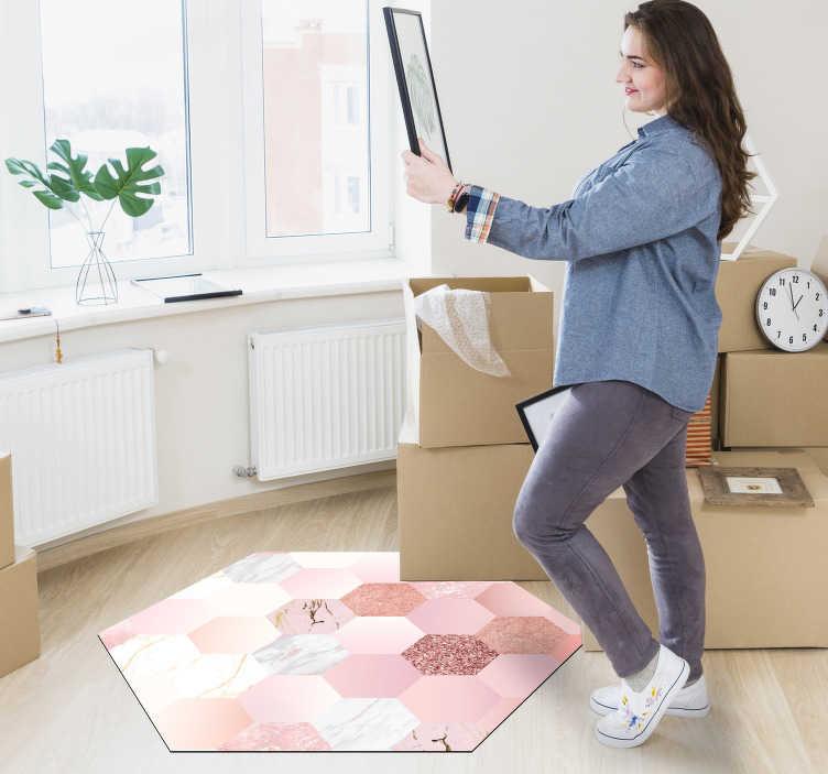 TenStickers. 现代六角形地毯粉红色纹理. 这种现代的六角形几何乙烯基地毯将为您提供一个每个人都羡慕的装饰,并且您可以炫耀!