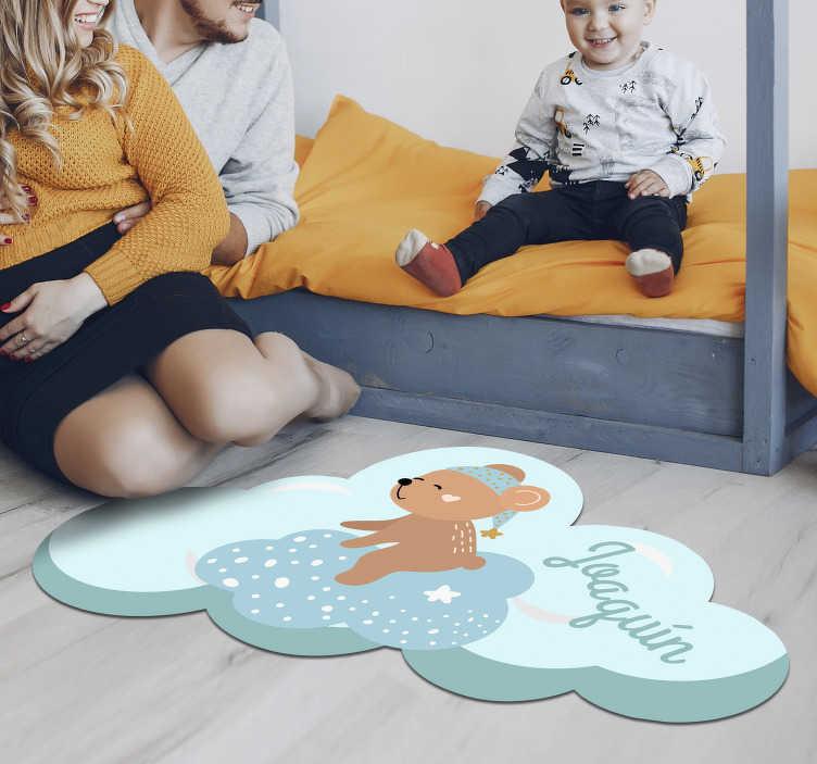 TenVinilo. Alfombra pvc oso con nombre azul nórdica. Original alfombra vinílica nórdica infantil con un oso adorable en color azul para decorar habitación de niño. Alfombra de vinilo con nombre