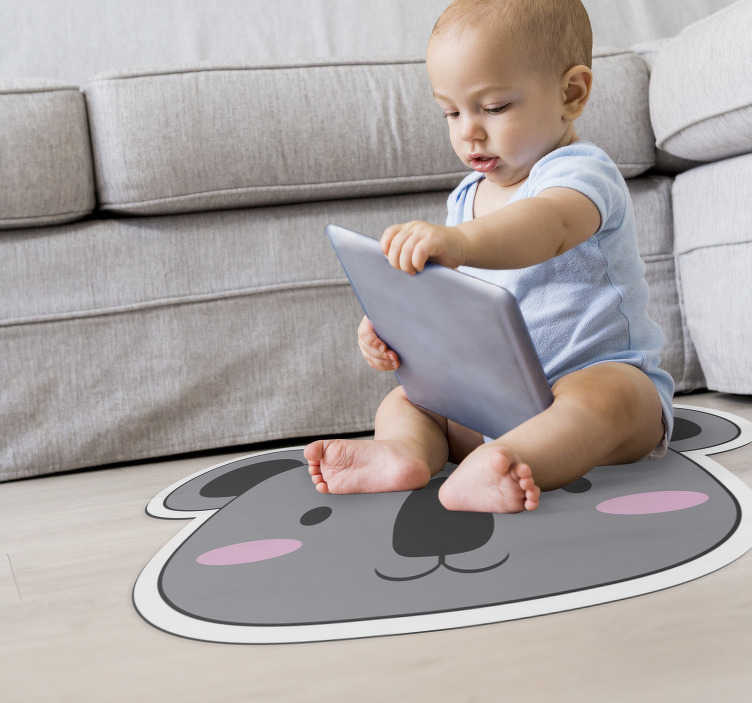 TenStickers. Tapis sticker animal koala face. Tapis en sticker pour enfants fait d'ours aimant avec lequel vous pouvez décorer votre chambre d'enfant avec ce design exclusif et original!
