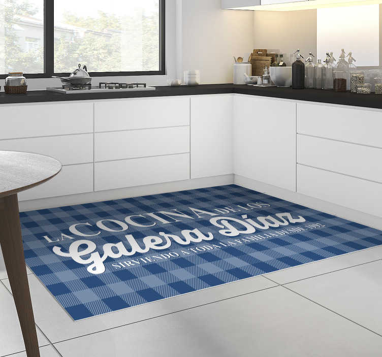 TenVinilo. Alfombra vinílica cocina familiar personalizable. ¡Esta fantástico alfombra vinílica de cocina personalizable azul clásico es exactamente lo que estabas buscando! ¡Decide mejorar por completo tu cocina!