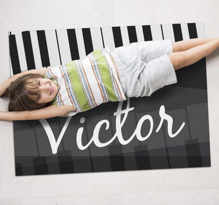 TenStickers. πλήκτρα πιάνου εξατομικευμένο χαλί βινυλίου. φέρτε στο σπίτι αυτό το θαυμάσιο χαλί βινυλίου με πιάνο με όνομα και αποκτήστε ένα πραγματικά απίστευτο αντικείμενο ικανό να αλλάξει εντελώς το σπίτι σας!