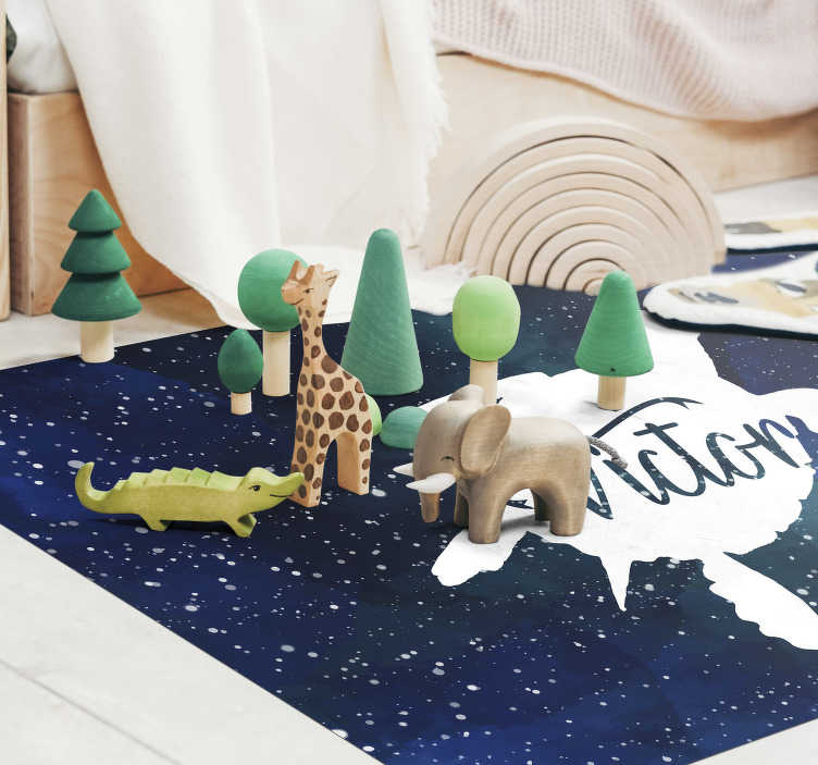 TenStickers. 乌龟在银河系的名字. 用这种动物乙烯基地毯为您的孩子提供原始且个性化的装饰,并在您的名字中选择一个在银河系中设计为乌龟的动物。