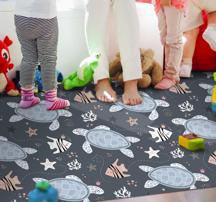 TenVinilo. Alfombra de vinilo de animales tortugas y peces. Esta fantástica alfombra vinilo de animales con un hermoso patrón de tortugas, peces y motivos marinos se verá genial ¡Envío a domicilio!