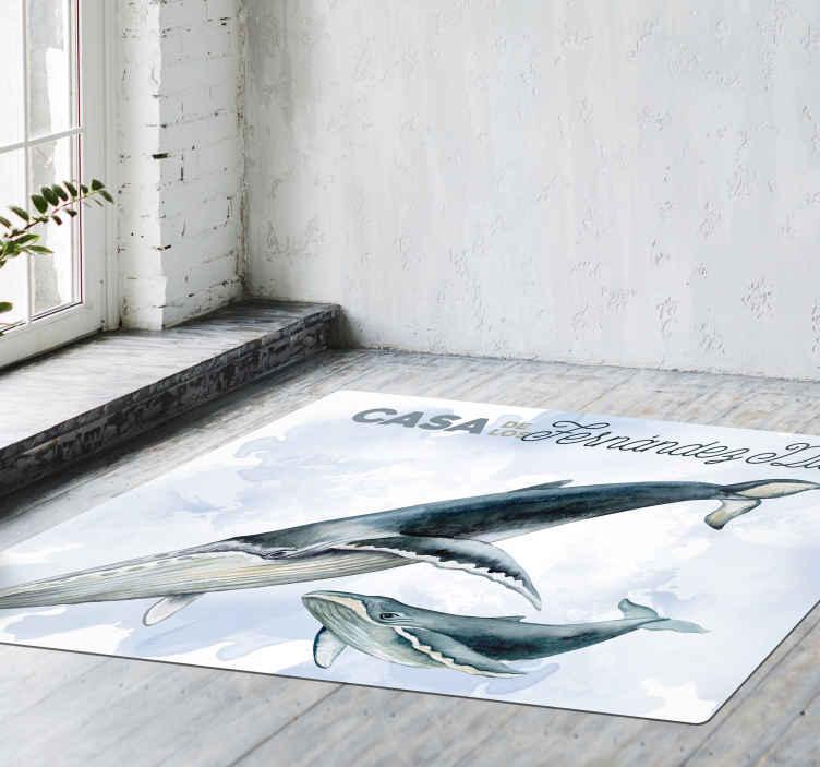 TenVinilo. Alfombra vinilíca de peces con nombre de familia. Personalice el texto de su elección en nuestra alfombra vinilo cocina para su hogar con la característica de peces gigantes ¡Envío a domicilio!