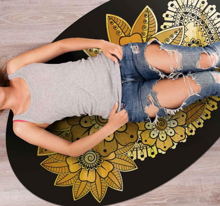 TenStickers. Tapete de sala de estar estilo indiano paisley. Aqui você é coberto com nosso incrível tapete circular de vinil com produtoestampado em estilo indiano. é original e fácil de limpar.