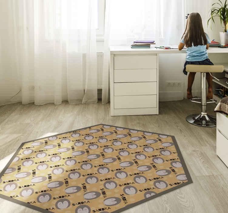 TenVinilo. Alfombra vinilo infantil puercoespín con nombre. Personalice un nombre en esta increíble alfombra vinilo infantil de animales hecha con puercoespines. Diseño hexagonal ¡Elige medidas!