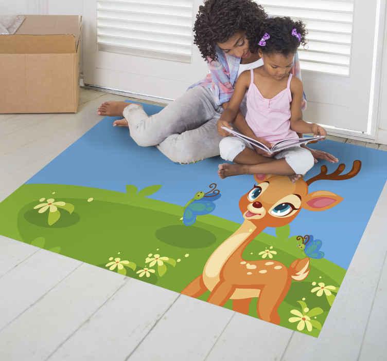 TenStickers. Tappeto in vinile bambini Cervo simpatico cartone animato. Questo adorabile tappeto in vinile per bambini presenta un cervo cartone animato su una pianura d'erba circondato da fiori e farfalle.