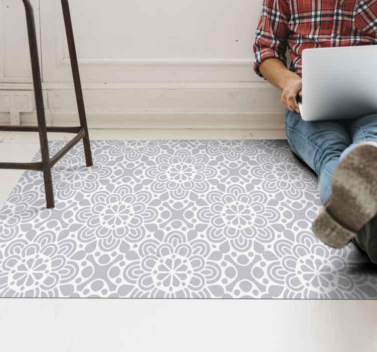 TenStickers. 白色灰色花朵形状的现代地毯. 以花卉为主题的乙烯基地毯使您的房屋现代化,这将使所有客人嫉妒。我们网站上提供的折扣。