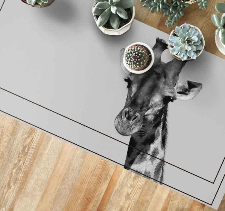 TenStickers. Tappeto in pvc per camera da letto Giraffa in scala di grigi. Questo brillante tappeto con animali presenta una meravigliosa immagine di una giraffa in bianco e nero. Vinile anti bolle. Consegna in tutto il mondo.