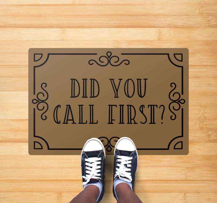 """Tenstickers. Ringte du først? Skreddersydde tepper. Dette fantastiske inngangsteppet har teksten """"ringte du først? """" omgitt av en vintage grense. Høykvalitets vinylmateriale."""