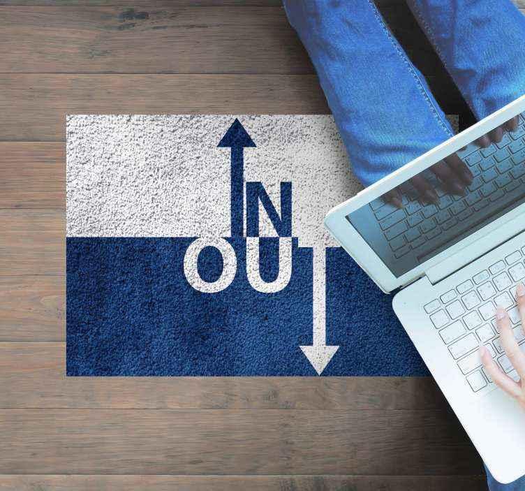 TenStickers. Vinylteppich Text Rein und raus. Dieser kreative teppich enthält den text 'in' und 'out', wobei das i und das t in pfeile umgewandelt sind und in die richtige richtung zeigen.