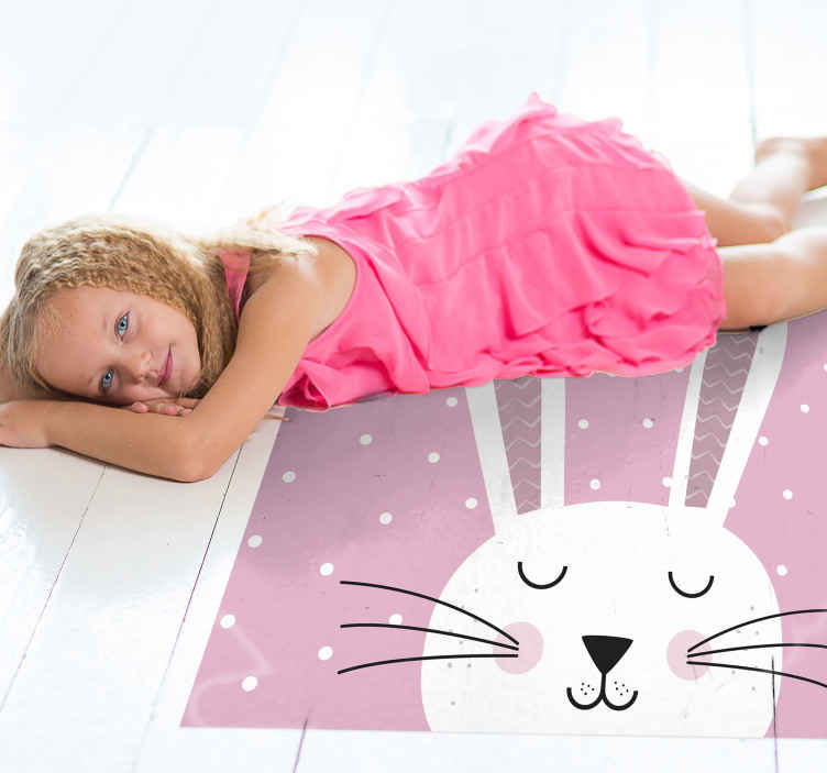 Tenstickers. Söpö vaaleanpunainen pupu Lisää lasten vinyylimattoja. Tässä söpössä lasten matossa on valkoinen pupu silmät kiinni, ruusuiset posket ja suuret viikset. Saatavana eri kokoja.