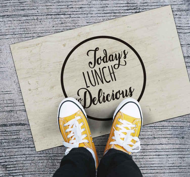 TenStickers. Heerlijke lunchtekst op maat gemaakte tapijten. Een heerlijke lunch van vandaag op een houten vinyl tapijt als achtergrond om u keukenruimte te versieren en iedereen blij te maken met de nieuwe decoratie