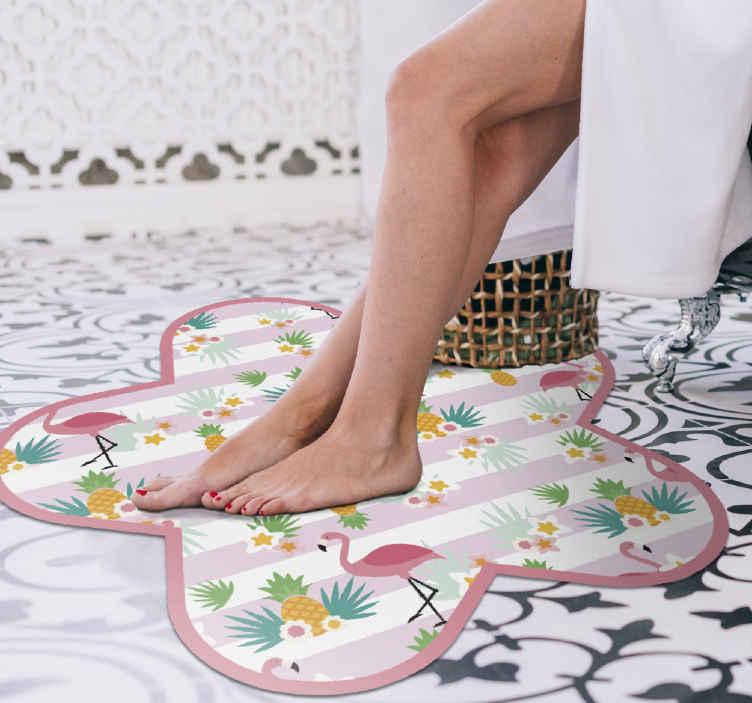 TenVinilo. Alfombra vinilo rayas con flamencos y piñas. Fantástica alfombra vinilo rayas que para que decores tu baño o la estancia que desees. Diseño con flamencos y piñas nórdicos ¡Envío exprés!