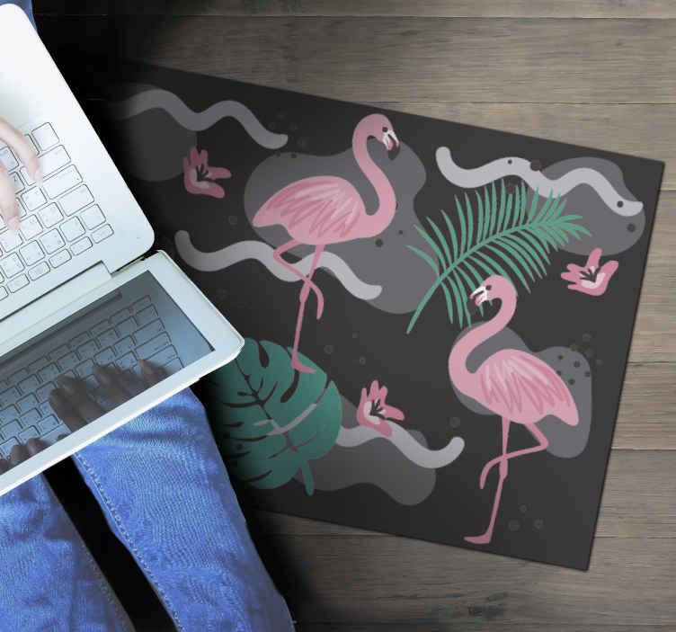 TenStickers. Tapete animal preto e flamingos. Deslumbrante tapete de vinil flamingo que tornará seus assoalhos muito mais divertidos! Selecione o tamanho certo para você e comece a personalizar seus pisos.