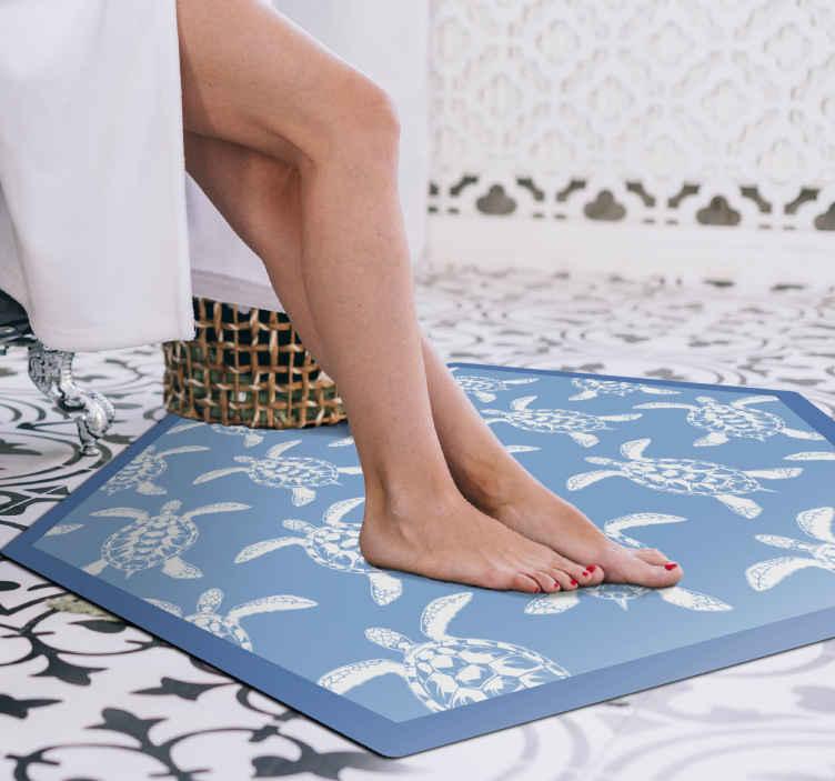 TenStickers. Tartarughe su sfondo blu stuoia animale. Il perfetto pavimento in vinile a tema marino per aggiungere quel qualcosa di speciale al tuo bagno! Adesivi personalizzati solo per te.