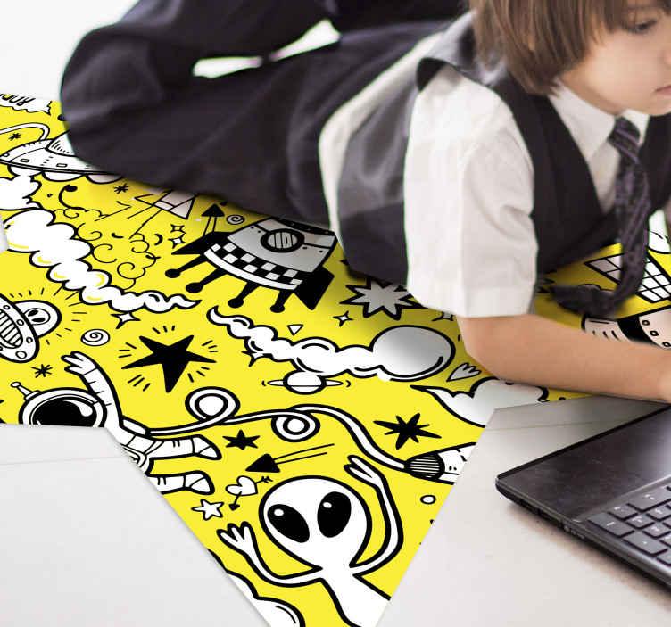 TenStickers. Space doodles αστέρι χαλί. κίτρινο doodles χαλί vinyk, ιδανικό για την αποκόλληση του παιδικού δωματίου σας. Είναι κατασκευασμένο από υψηλής ποιότητας βινύλιο, ανθεκτικό και ανθεκτικό σε εξωτερικούς παράγοντες.