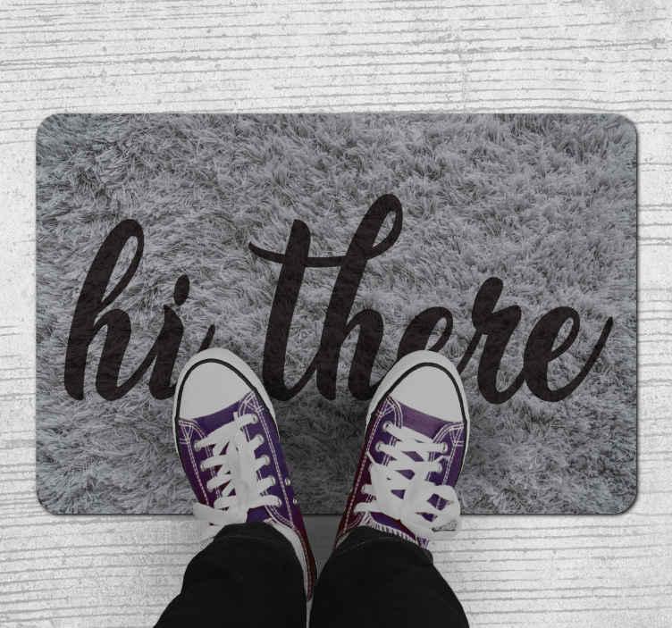 TenStickers. Olá tapete do hall de entrada. Um maravilhoso tapete de vinil hi there para que todos os seus visitantes se sintam bem-vindos no momento em que pisam na sua casa.