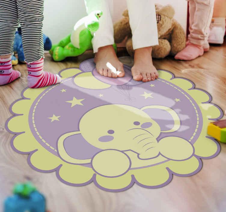 TenStickers. слон с воздушными шарами детский коврик. милый и замечательный желто-фиолетовый виниловый коврик в виде слона со звездами и луной, чтобы украсить комнату вашего ребенка и порадовать его.