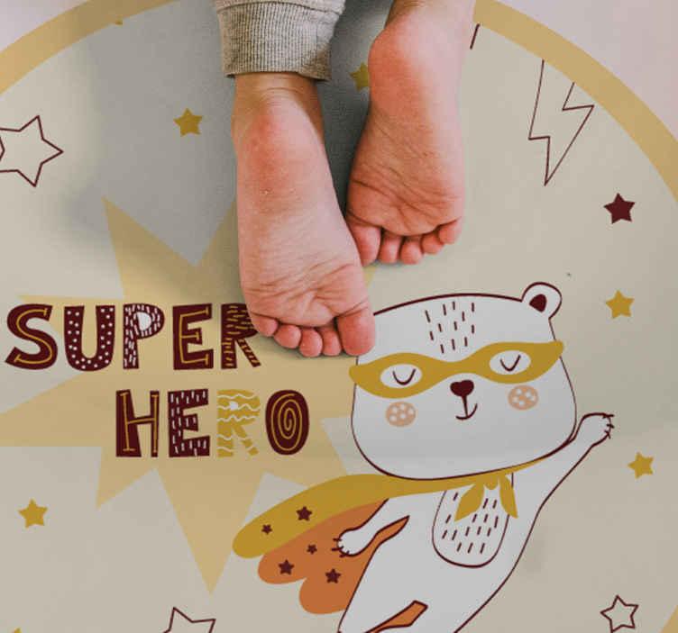 TenStickers. Tappeto in vinile bambini Adorabile orso supereroe. Questo adorabile tappeto in vinile presenta un simpatico orso in costume da supereroe che vola nel cielo notturno. Sconti disponibili. Alta qualità.
