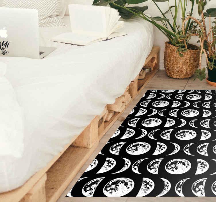 TenVinilo. Alfombra vinilo moderna fases de luna. Esta maravillosa alfombra vinilo moderna presenta varias fases de la luna sobre un fondo negro. Material de alta calidad ¡Compra online!