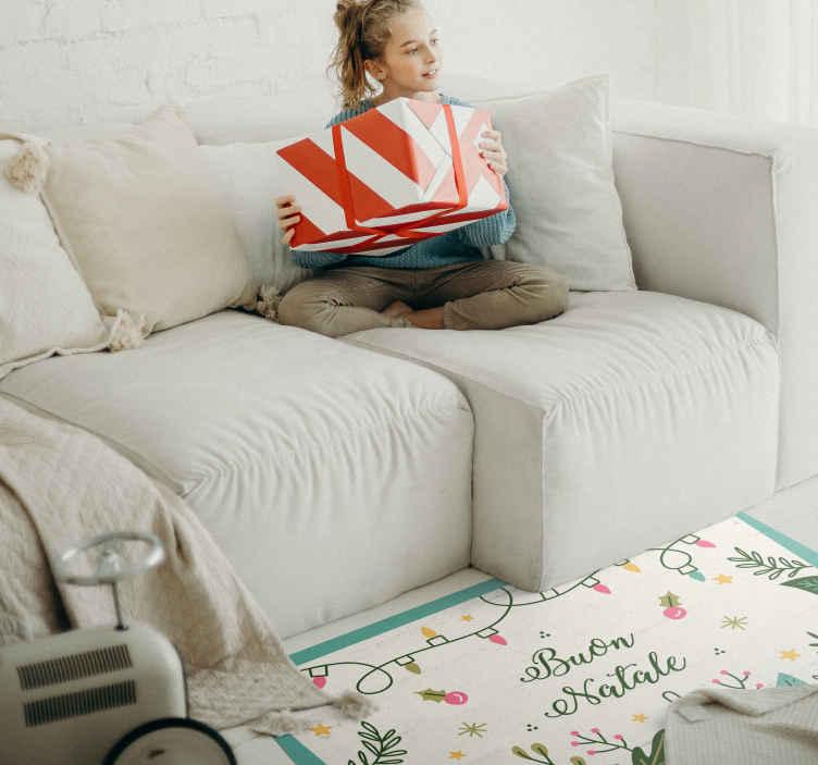 TenStickers. Tappeto in vinile personalizzati frasi e testi Buon natale. Tappeto in vinile buon natale in italiano. Servirà una decorazione perfetta per il tuo salone durante il periodo natalizio. Fatto di materiale di alta qualità.