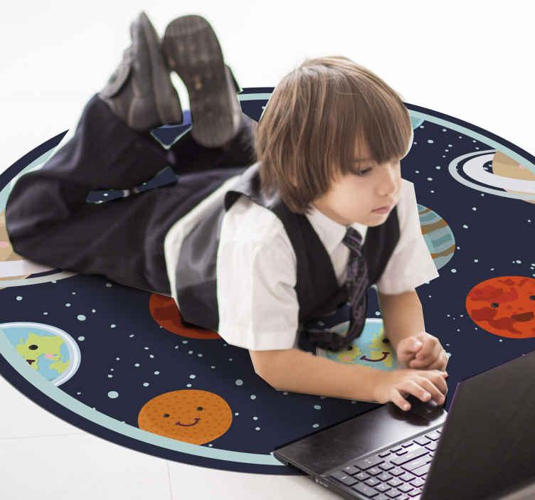 TenStickers. Tappeto in vinile bambini Sorriso pianeta del sistema solare. Tappeto in vinile per bambini che presenta tutti i pianeti del nostro sistema solare con grandi sorrisi dei cartoni animati sui loro volti. Materiali di alta qualità.