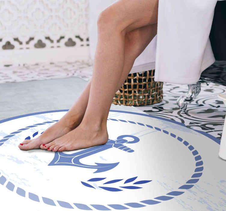 TenStickers. âncora em piso de vinil de casa de banhode navio. Este fabuloso piso laminado de banheiro é decorado com uma âncora em um fundo branco. é antiderrapante e de longa duração.