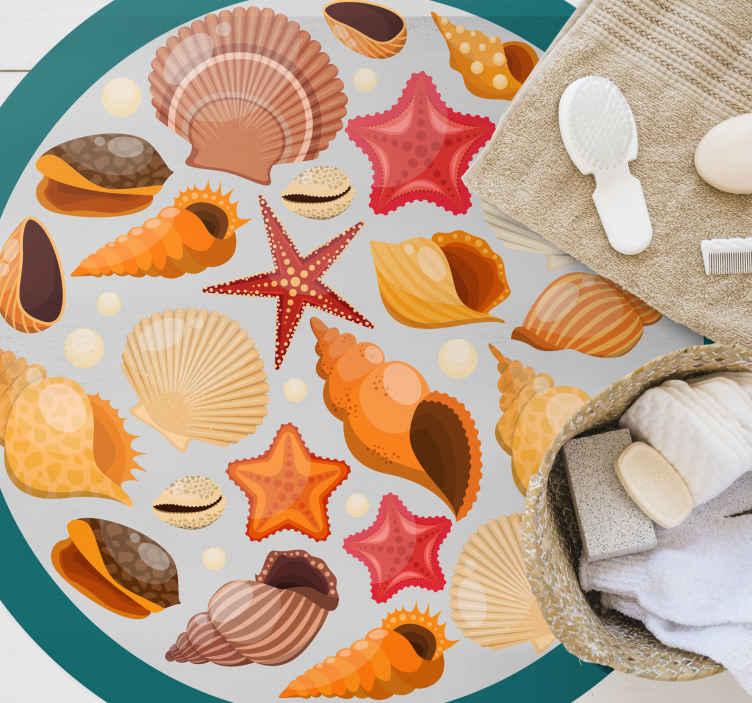 TenStickers. 贝壳在海滩自然地毯上. 一个美丽的彩色贝壳和圆形圆形海星乙烯基地毯,装饰您的海滨别墅,并赋予其完美的风格。