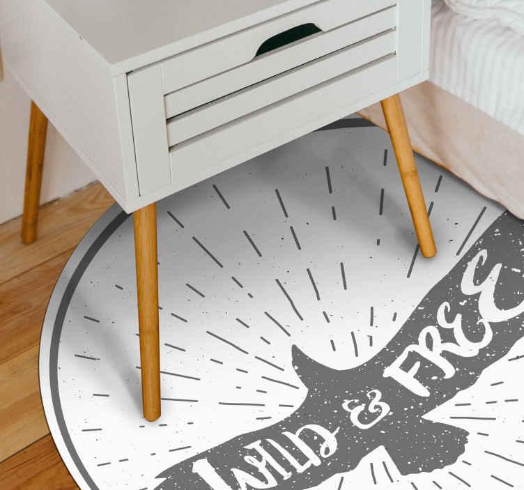 TenStickers. 野生和自由的动物垫. 带有野生和自由文本乙烯基地毯的原始鸟来装饰您的房间。它由高质量制成,我们提供全球交付。