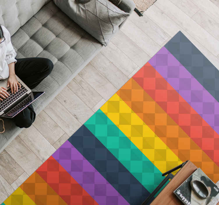 TenStickers. Covoare contemporane cu diamante colorate. Covor decorativ din vinil pentru podea decorativă la preț redus pentru spațiul de acasă. Un covor dreptunghiular din vinil realizat la dimensiunea dvs. Personalizată. Este original și durabil.