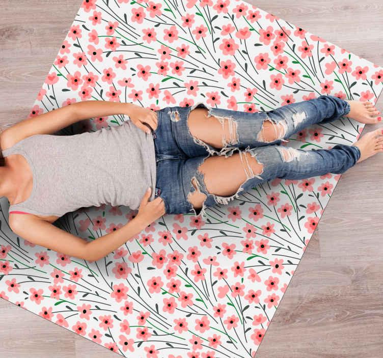 Tenstickers. Rosa blommafält blommig vinylmatta. Blommig vinylmatta som har ett mönster med massor av små rosa blommor alla bundna ihop med invecklade grenar. Extremt långvarigt material.