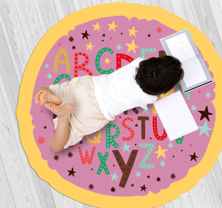 TenStickers. Dywan winylowy kolorowy alfabet. Ten dywanik winylowy dla dzieci ma litery az w różnych rozmiarach i wielu kolorach. Zastosowane wysokiej jakości materiały winylowe.