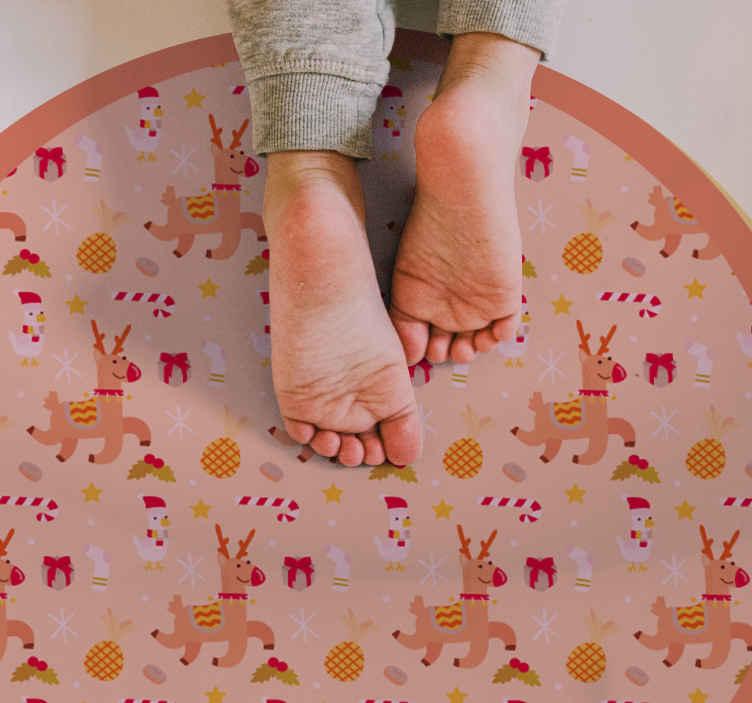 TenStickers. Passatoia in vinile ricezione Figure natalizie per bambini. Tappeto in vinile con figure natalizie, perfetto per decorare il tuo ingresso durante la vigilia di natale. è realizzato in vinile di alta qualità.