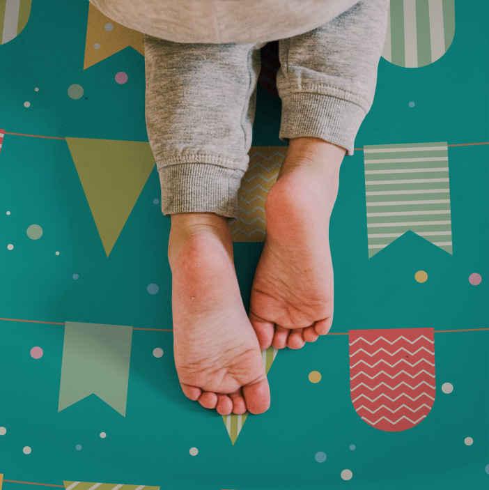 TenStickers. Covor drăguț de vinil pentru copii bunting. Covor ușor de curățat cu pardoseală din vinil, potrivit doar pentru spațiul copiilor. Puteți așeza acest covor într-un etaj de dormitor sau în spațiul de joacă al copilului.