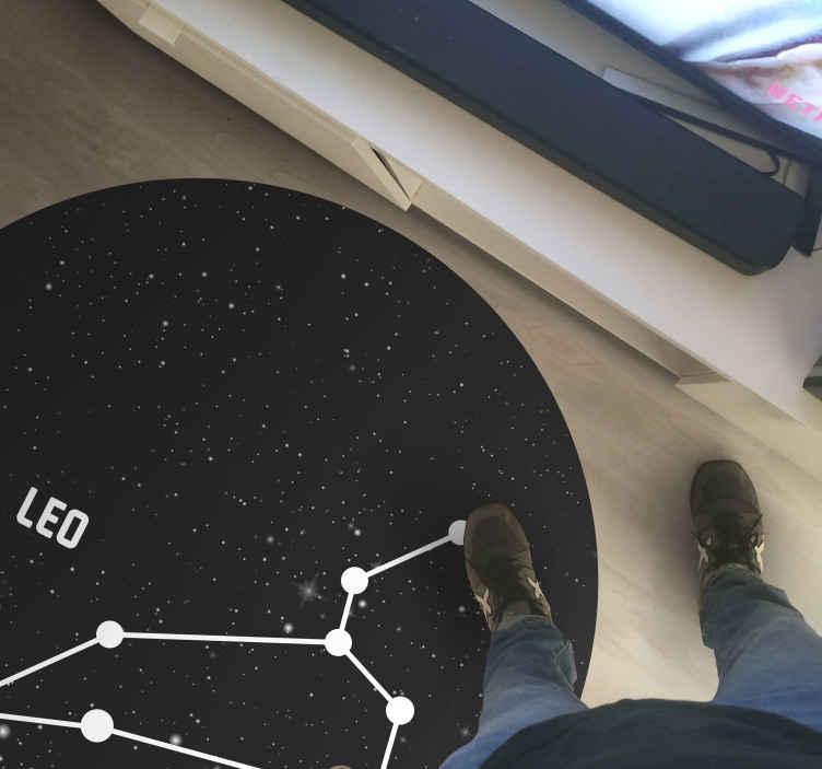 TenStickers. tapis vinyle ultra moderne Signe du zodiaque leo. Magnifique et élégant tapis en sticker signe du zodiaque leo parfait à mettre dans un salon de votre maison. Si vous cherchez une jolie décoration pour votre maison.