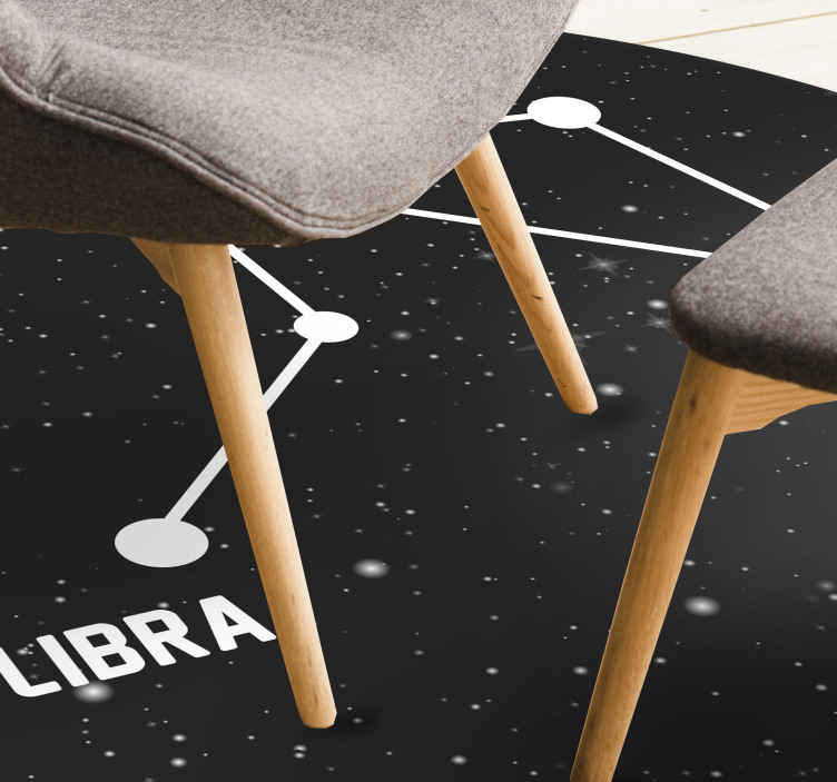 TenStickers. Moderne vinyl tapijt Sterrenbeeld weegschaal. Super en elegant vinyl tapijt met sterrenbeeld weegschaal, perfect om in een salon in u huis te leggen. Als u op zoek bent naar een leuke decoratie voor in huis.