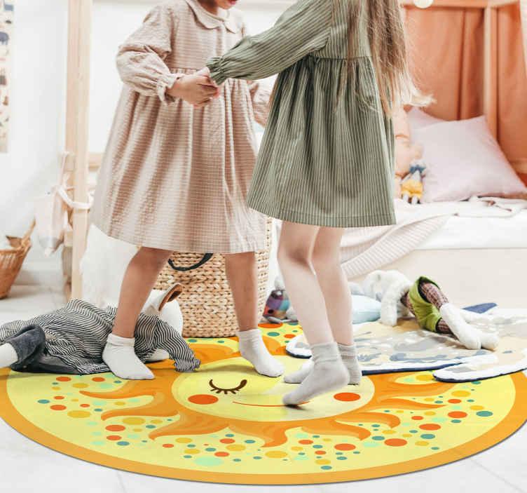 TenStickers. Covor galben soare natură. Frumos covor de vinil imprimat cu design care descrie un soare galben. Covor de vinil potrivit pentru dormitorul copiilor. Original și durabil.