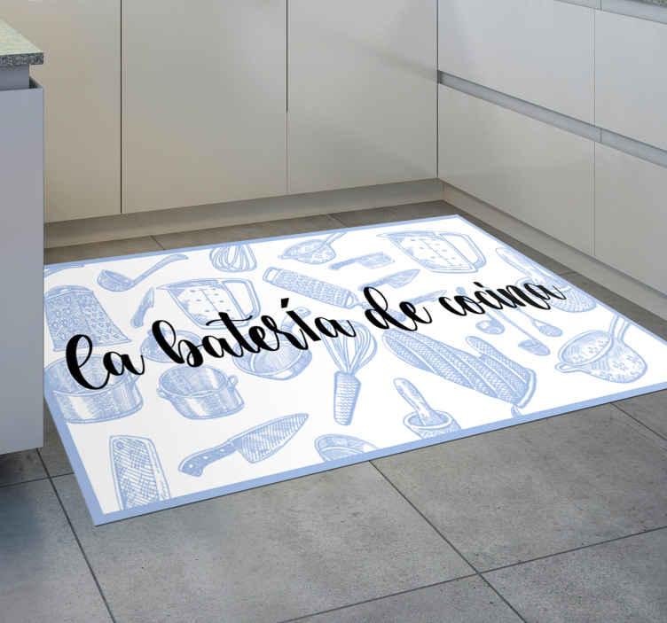TenVinilo. Alfombra vinilo frase batería de cocina. Decore el suelo  de su cocina con nuestra alfombra vinílica cocina fácil de limpiar con un diseño de varios utensilios ¡Decora tu cocina ahora!