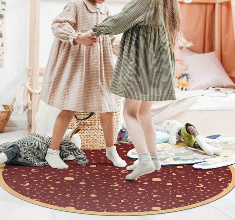 TenVinilo. Alfombra vinilo redonda roja de estrellas. Preciosa alfombra de vinilo habitación infantil con como estrellas y luna. Muy fácil de mantener y duradera ¡Envío exprés!