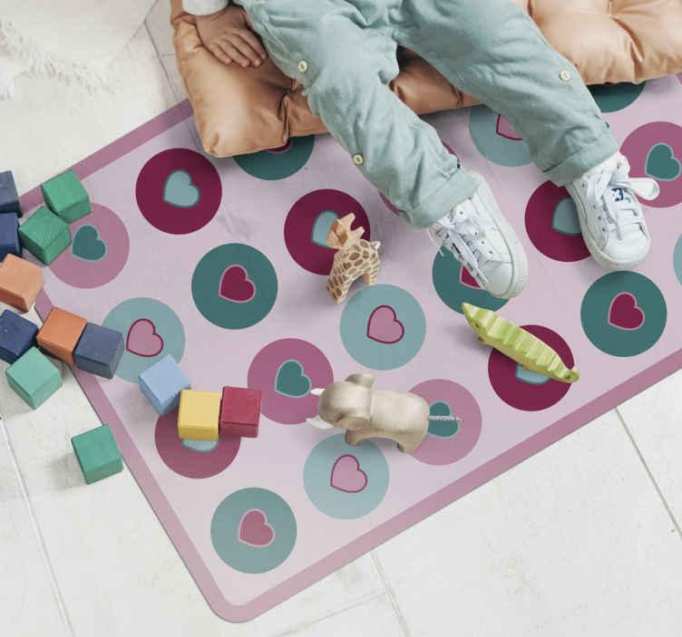 TenStickers. Dywan winylowy dla dzieci wzór serc. Zmień efekt wizualny pokoju Twojego dziecka dzięki naszemu niesamowitemu, kolorowemu dywanowi winylowemu w serduszka. Jest oryginalny, antypoślizgowy i łatwy w utrzymaniu.