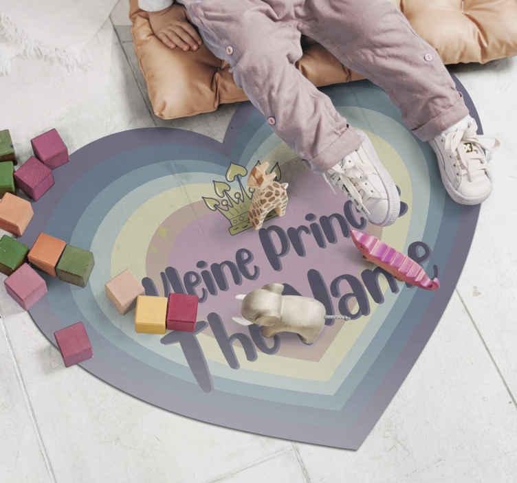 TenStickers. Vinyl vloerbedekking kleine prinses met naam . Gepersonaliseerde kleine prinses vinyl tapijt. Dit vinyl tapijt met naam in hartvorm is gewoon alles voor elke kinderkamer. Het is origineel en duurzaam.