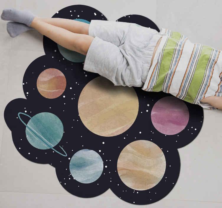 TenStickers. Dywan winylowy dla dzieci różne planety. Dywan winylowy o nieregularnym kształcie z projektem różnych ilustracji planet kosmicznych. Jest oryginalny i bardzo łatwy w utrzymaniu.