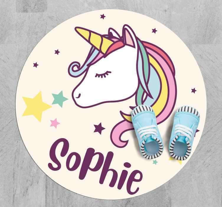 TenStickers. Tappeto in vinile nome Disegno di sfondo unicorno con nome. Unicorno con un tappeto in vinile di nome, perfetto come decorazione per la stanza del tuo bambino. Facile da pulire e da riporre. Realizzato in vinile di alta qualità. Controlla!