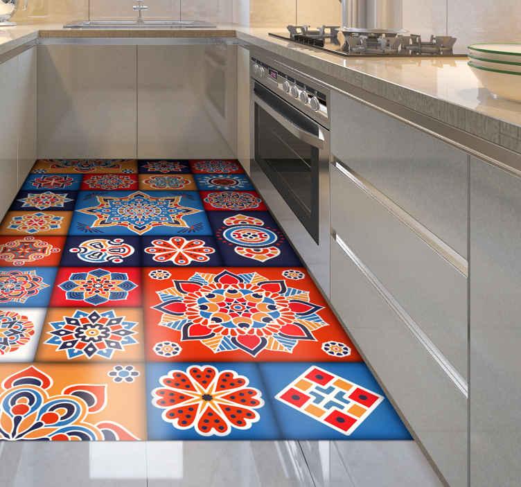 TenStickers. Pisos de cozinha com azulejos florais coloridos. Tapete de vinil com azulejos florais coloridos, perfeito para decorar a sua cozinha. Fácil de limpar e armazenar. Feito de vinil de alta qualidade. Confira!