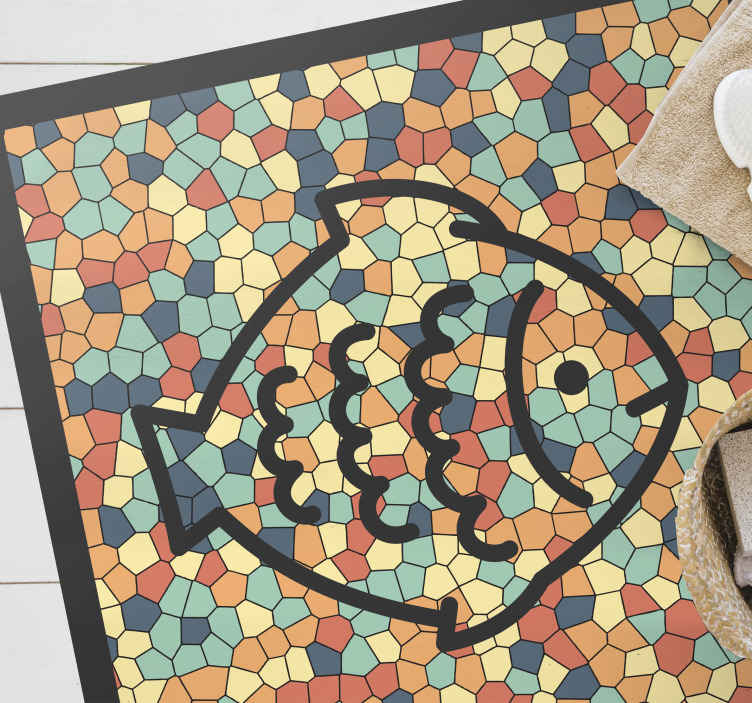 TenVinilo. Alfombra vinílica mosaico colorido con pez. Hermosa alfombra vinílica mosaico multicolor para diferenciar su hogar con singularidad. Patrón colorido con figura de pez encima