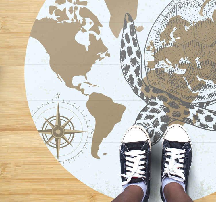 TenVinilo. Alfombra vinilo mapamundi con tortuga. Increíble diseño de alfombra vinilo redonda con mapamundi, tortuga marina y brújula de navegación. Elige medidas ¡Compra online!