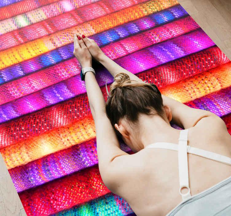 TenStickers. Tapete de tecido com riscas coloridas. Tapete de vinil listrado com um padrão de rolos de tecido de cores vivas, todos alinhados juntos. +10. 000 clientes satisfeitos.