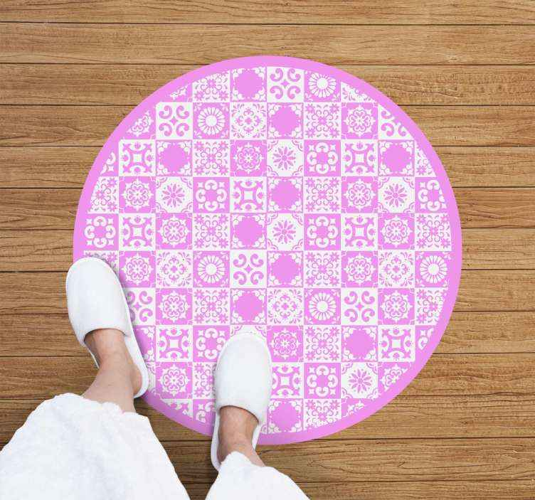 TenStickers. Covor abstract de tigla roz si alb. Un covor abstract de vinil în roz și alb pentru a decora orice spațiu doriți. Produs de înaltă calitate și foarte rezistent livrat acasă.