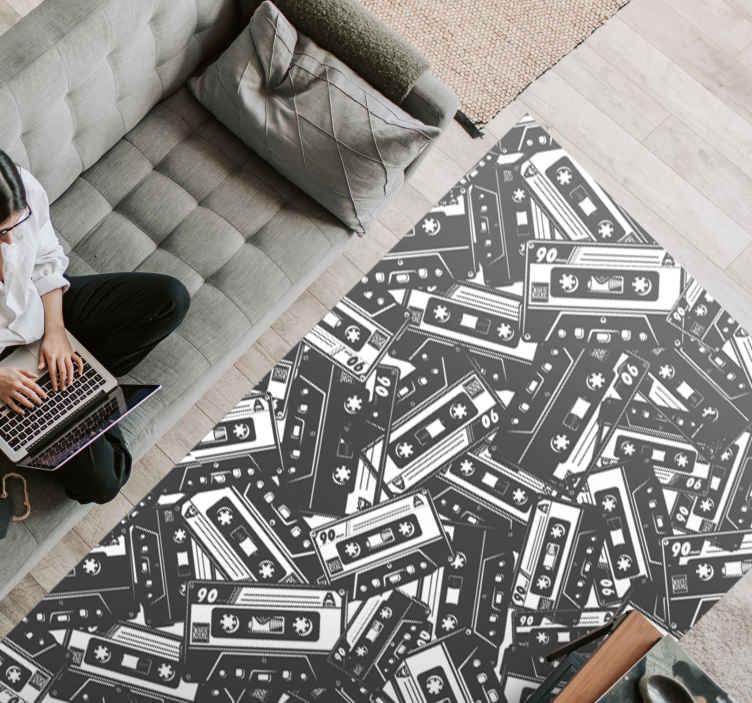 TenVinilo. Alfombra vinilo vintage casete de los 90. Decora de forma original el suelo de tu casa con esta alfombra vinilo cassette de los 90 de forma rectangular ¡Envío a domicilio!